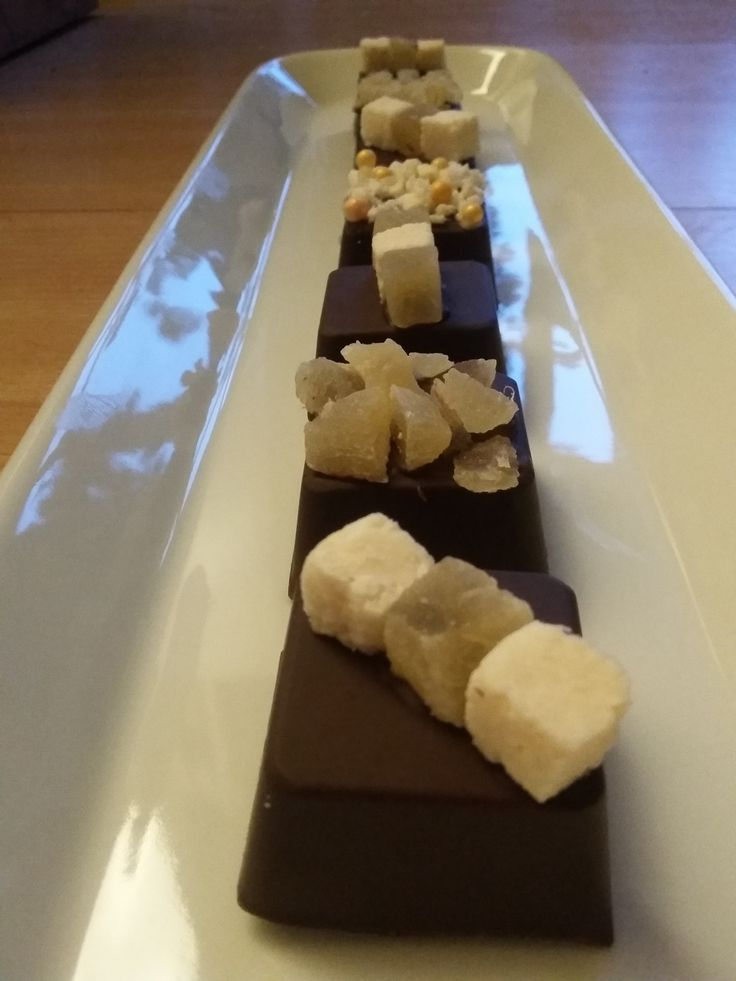 bonbons van extra pure chocolade met een vulling van kokos en ananas
