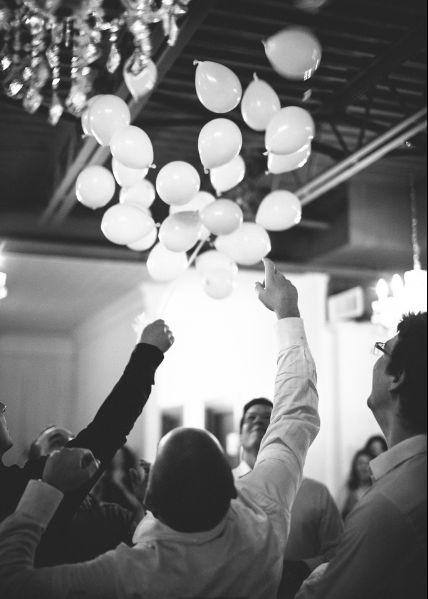 Crédit photo: Simon Laroche Photographie Le ballon-jarretière.  La jarretière est cachée dans l'un des petits ballons.  Tous les petits ballons sont insérés dans un plus gros qui est éclaté lors de l'animation de la jarretière.  Les hommes célibataires doivent faire éclater les petits ballons pour retrouver la jarretière!