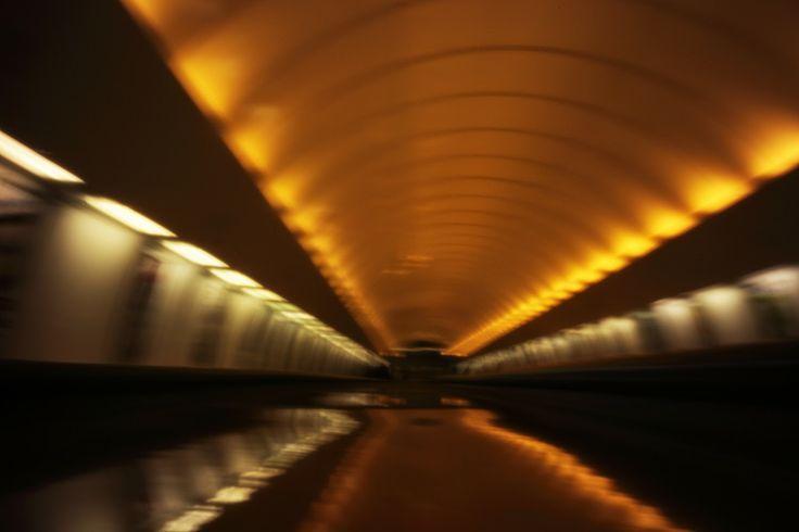 o mundo cabe no buraco da agulha: Estação de Metro Náměstí Republiky, Praga, Repúbli...