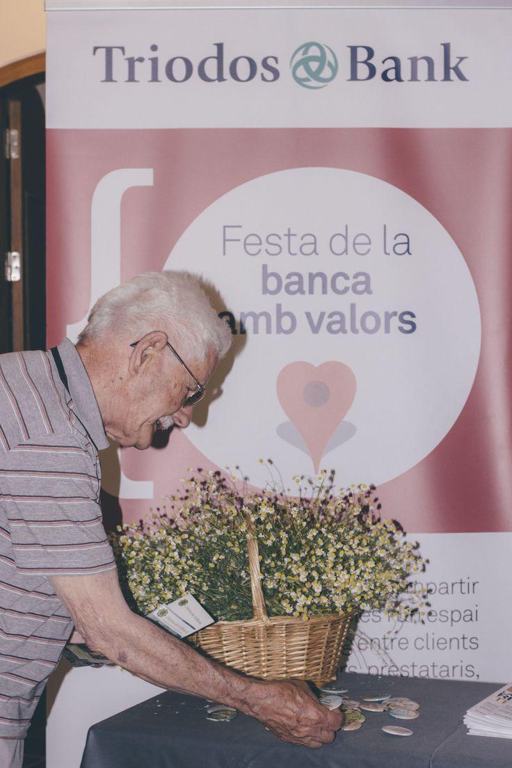 En el entorno natural de la sierra de Montserrat se yergue una masía tradicional catalana, L'Alzina de Collbató. En ella, los asistentes a la Fiesta de la banca con valores aprendieron a conectar con la naturaleza y a conocer las ventajas de la alimentación natural y saludable.