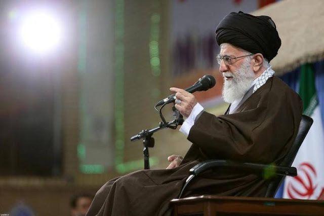 "Khamenei beri syarat kandidat presiden Iran  Pemimpin Tertinggi Iran Ayatollah Ali Khamenei (Reuters).  Pemimpin tertinggi Syi'ah Iran Ayatollah Ali Khamenei pada Selasa (25/4) meminta para kandidat presiden memperjuangkan swasembada ekonomi. Ia tidak setuju pada kebijakan Hassan Rouhani untuk membuka diri terhadap Barat dan mencari investasi asing. Khamenei mengingatkan ""Para kandidat harus berjanji untuk fokus pada kemampuan nasional dan domestik dalam menyelesaikan masalah ekonomi…"