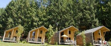 """Le camping 4 étoiles """"Le Lac des Sapins"""" est idéalement situé dans le Beaujolais Vert à Cublize."""