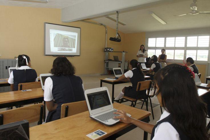 TEACAPÁN, SINALOA, 07SEPTIEMBRE2013.- Mario López Valdez y Emilio Chuayffet Chemor, Secretario de Educación Pública federal, arribaron a esta sindicatura para inaugurar la secundaria Artículo III como la primera Escuela Digna en Sinaloa. FOTO: ESPECIAL CUARTOSCURO