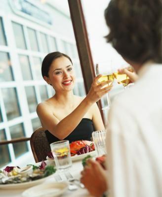 Etiqueta adecuada para un restaurante elegante | eHow en Español
