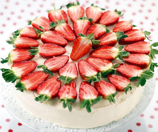 Erdbeer-Holunder-Torte - ein Fest für die Sinne! #Rezept #Torte #Dessert #Backen