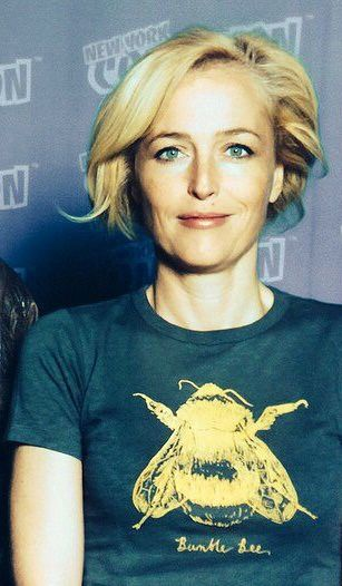 Gillian Anderson wearing another bee T-shirt at NYCC 2014.