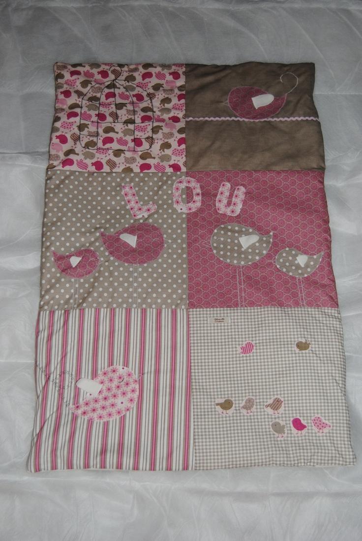 Couverture bébé, oiseaux gris et rose, Lou de TILOUELLE
