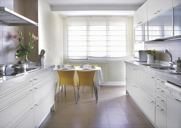 #Cocina con fentes en paralelo con muebles blancos