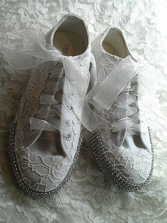 Converse met kant, voor de echte converse bruid!   #weddingshoes #trouwschoenen  www.bijnatrouwen.nl