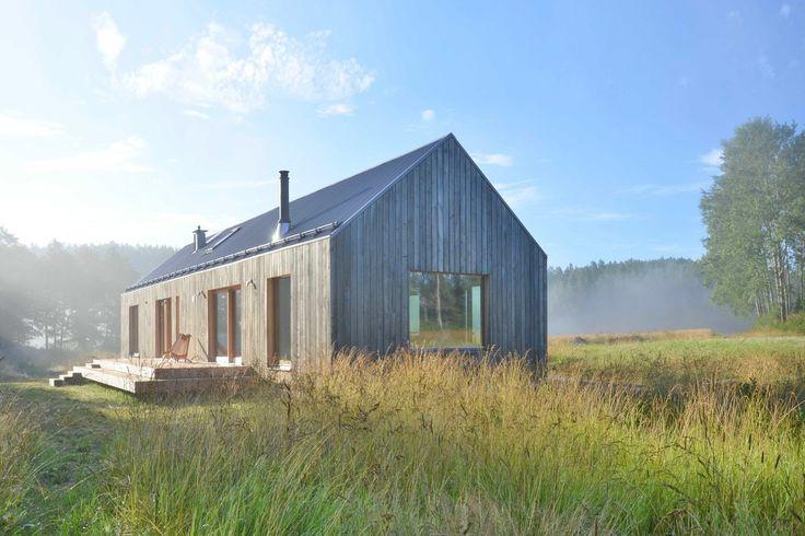 Проектное бюро MNy Arkitekter использовало семь пород древесины для создания этого традиционного по дизайну дома, расположенного на берегу небольшого озера в сельской общине в Финляндии. Комбинация обработанной и необработанной древесины была подобрана специально, чтобы выделить дом на фоне сосед...
