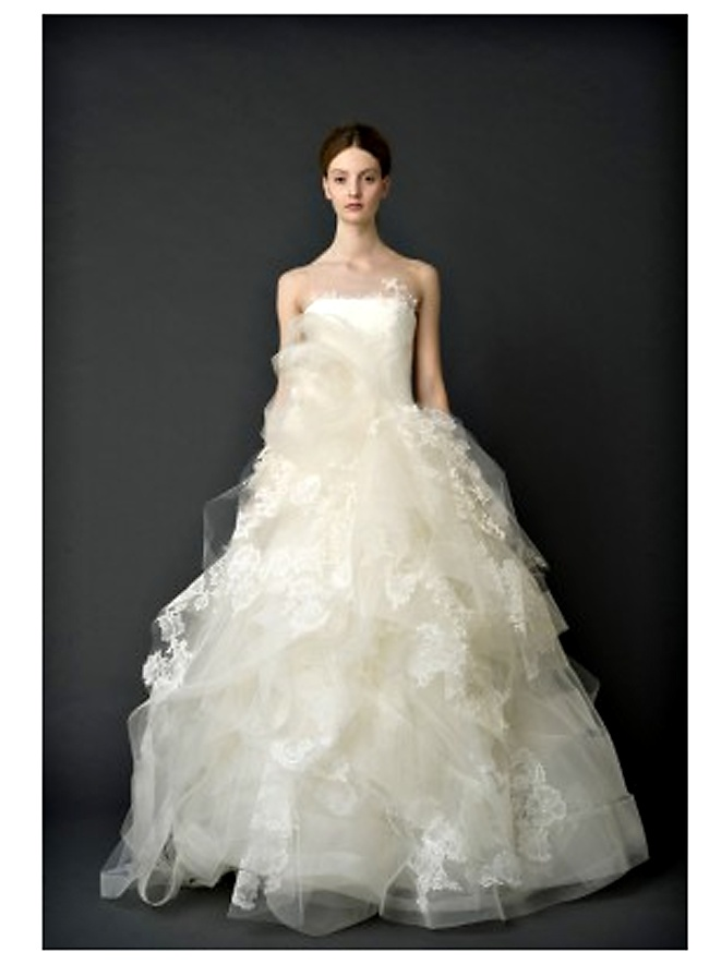 Amazing Vera Wang ucHelena ud Ivory Strapless Ballgown with Appliques And Full Organza Skirt Known to many as the queen of high fashion wedding gowns