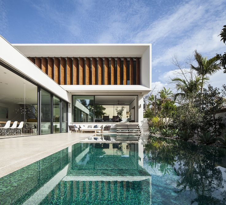 Construído pelo Paz Gersh Architects na Tel Aviv-Yafo, Israel na data 2015. Imagens do Amit Geron. Construção de concreto, caixilhos de alumínio, pisos de madeira parquet, corrimão metálico nas escadas, revestimento ...