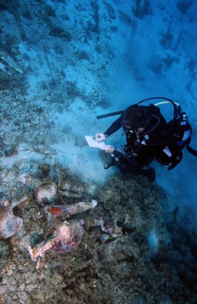 A diver catalogues finds. Source: V. MENTOGIANIS / PHOURNOI UNDERWATER SURVEY