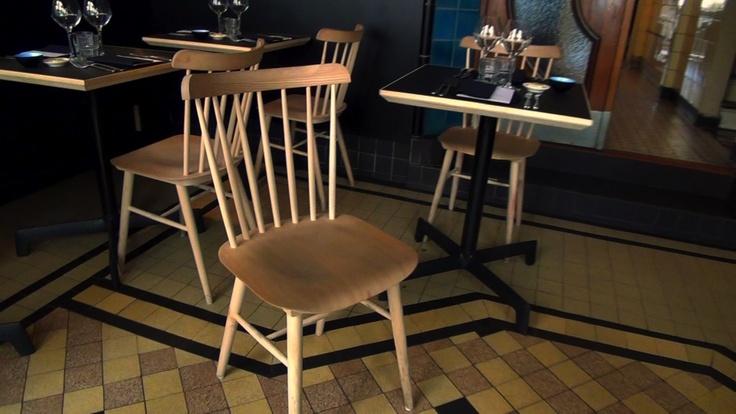 A Bruxelles, le restaurant La Buvette, qui s'est installé dans une ancienne boucherie chevaline des années 30, vous propose de déjeuner sur ces chaises scandinaves signées Dille et Kamille.