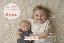 La famille s'agrandit ! Votre premier enfant a enfin une petite soeur ou un petit frère pour partager ses jouets. C'est d'ailleurs lui qui annoncera la grande nouvelle. Craquez pour cet adorable faire part de naissance A deux c'est mieux. Ses jolies infographies enfantines habillent la photo de vos enfants pour le plus grand plaisir de vos proches. Une adorable façon d'annoncer la nouvelle. Une création originale à personnaliser avec vos photos sur www.popcarte.com