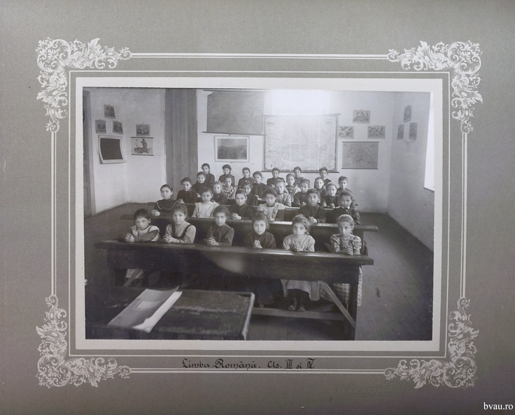 """Şcoala de fete - Limba română cls. III şi IV, Galati, Romania, anul 1906, http://stone.bvau.ro:8282/greenstone/collect/fotograf/index/assoc/Jdir007.dir/Pag07_Limba_romana_cls_III_si_IV.jpg.  Imagine din colecţiile Bibliotecii Judeţene """"V.A. Urechia"""" Galaţi."""