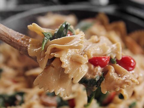 Ree's Bowtie Chicken Alfredo : Ree whips up Bowtie Chicken Alfredo for lunch with her two middle children.
