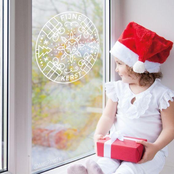Vrolijke kerst mandala #raamtekening met 'fijne kerst' tekst, kadootjes, sneeuw, kerstbomen, ster en kerstverlichting.