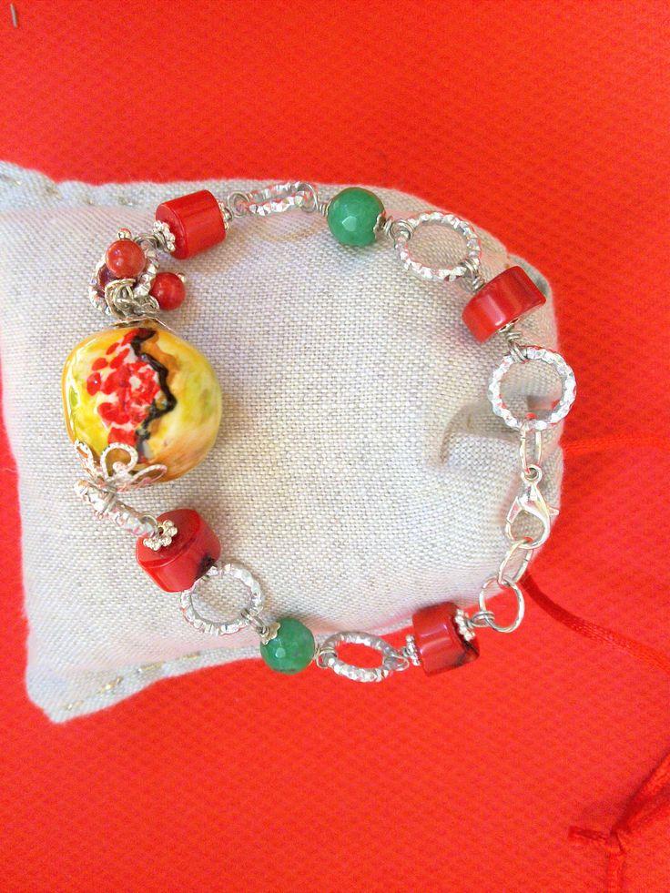 Bracciale con Melograno ceramica , corallo  pietre verdi bigiotteria   cerchietti argentata.  Le  Peonie Gioie -  Accessori          sito     Pinterest www.pinterest.com/peoniegioie peonie.accessori@gmail.com                tel . 339/8778952