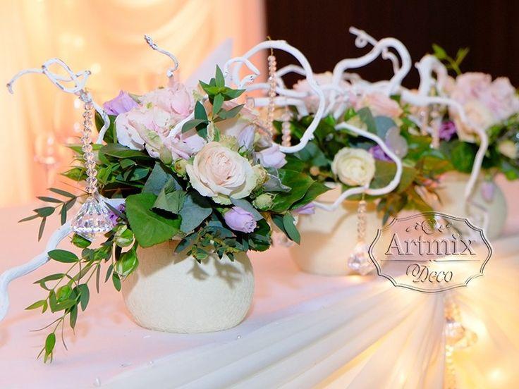 Цветы на столе жениха и невесты