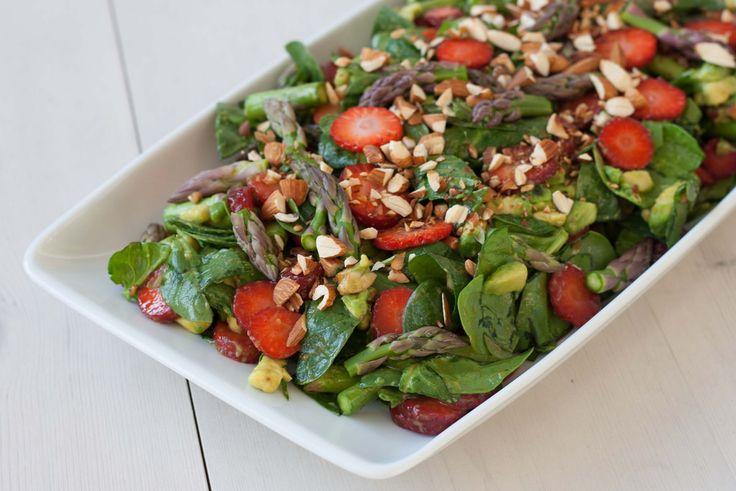 Denne spinatsalat med jordbær og grønne asparges er nem og meget lækker, Lav den til en lækker grillaften med vennerne - du vil ikke blive skuffet!