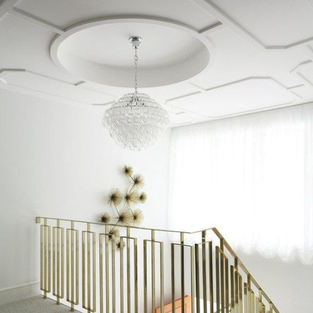 What better way to make a grand entrance than with a fabulous ceiling! We cannot get enough of this minimalist look with the stark white geometric patterned ceiling and gold accessories! #inspiration #interiorfinishing #ceiling #minimalist #trim #moulding