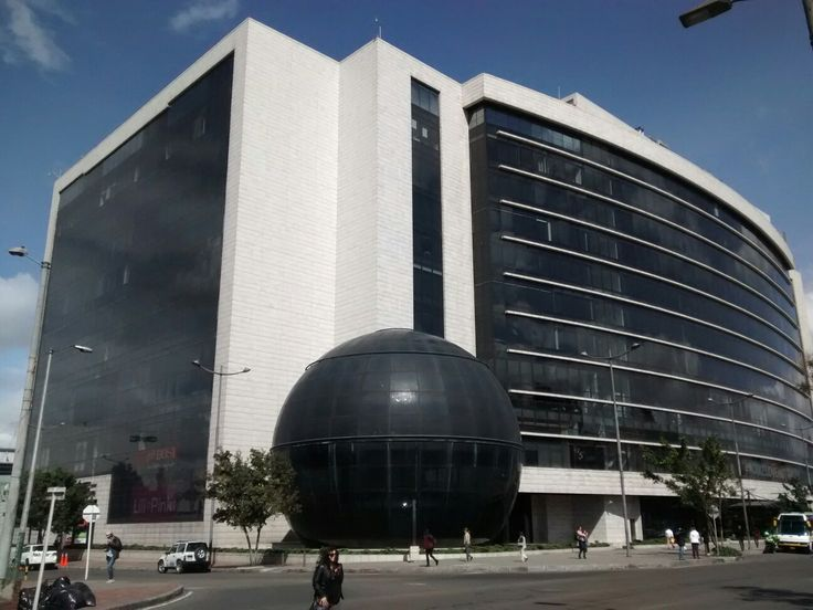 Entrada del Centro Comercial Gran Estación, La Esfera sobre la Avenida La Esperanza en Bogotá.