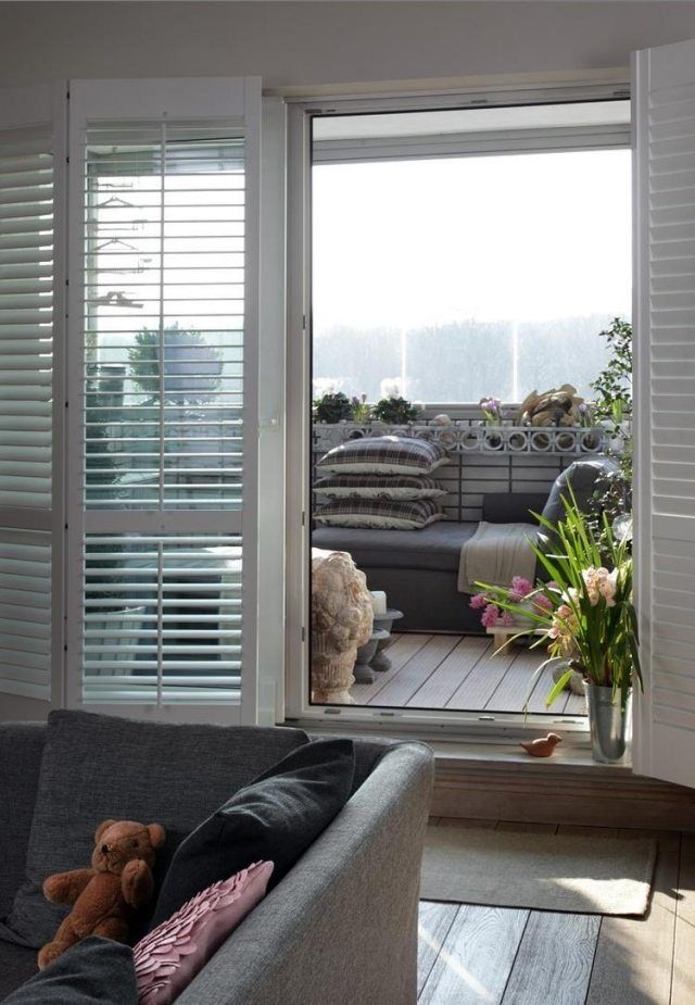 aménagement balcon avec un canapé tout confort