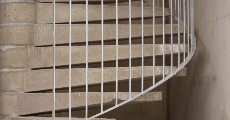 Como dobrar corrimãos para escadas curvas. As escadas têm corrimãos pela segurança e por razões estéticas. Escadas curvas desafiam a habilidade e o engenho de quem gosta de construir sozinho. Com precisão e paciência, um construtor pode ter um produto feito sob medida para vangloriar-se. Os corrimãos podem ser feitos a partir de canos de aço inoxidável, canos pintados, madeira redonda, ...