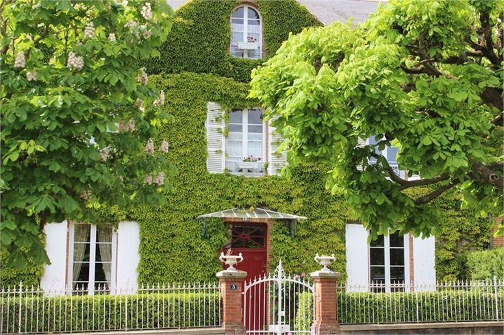 Maison bourgeoise à vendre chez Capifrance à Cholet.    > 270 m², 10 pièces dont 5 chambres .    Plus d'infos > Philippe Vieau, conseiller immobilier Capifrance.