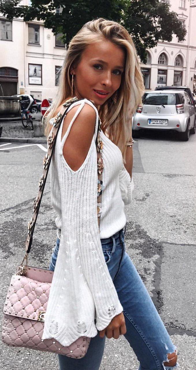 #summer #outfits Blanco de punto de hombro frío + Jeans Skinny Destruidos