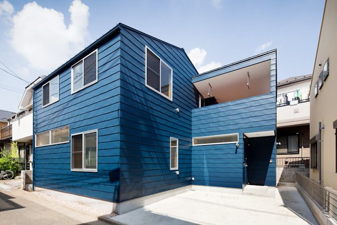 存在感のあるブルーのガルバリウム鋼板の外観