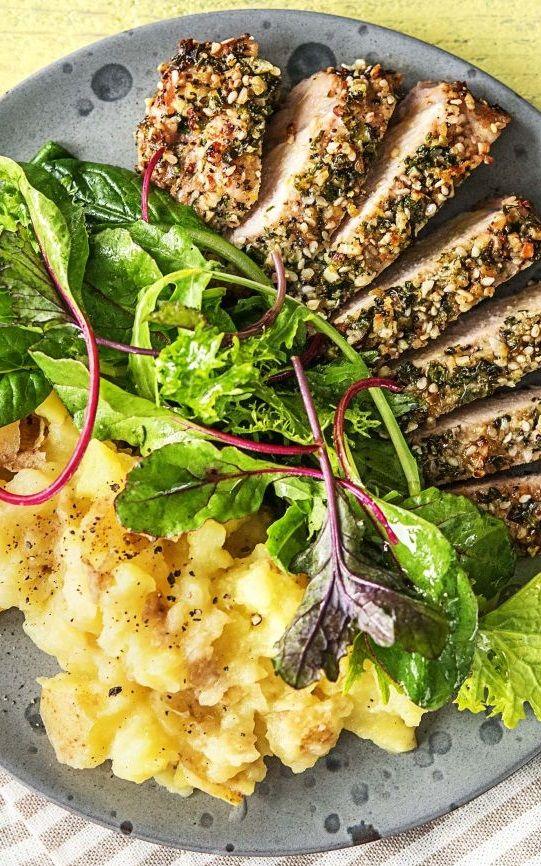 Step by Step Rezept: Schweinefilet unter würziger Kräuterkruste, dazu Kartoffelstampf und Blattsalat.  Rezept / Kochen / Essen / Ernährung / Lecker / Kochbox / Zutaten / Gesund / Schnell / Frühling / Einfach / 30 Minuten / Orientalisch / Schwein / Dukkah / Gesund / Glutenfrei / Kalorienarm  #hellofreshde #kochen #essen #zubereiten #zutaten #diy #rezept #kochbox #ernährung #lecker #gesund #leicht #schnell #frühling #einfach #glutenfrei #schweinefilet #orientalisch #kartoffel #gewürz…