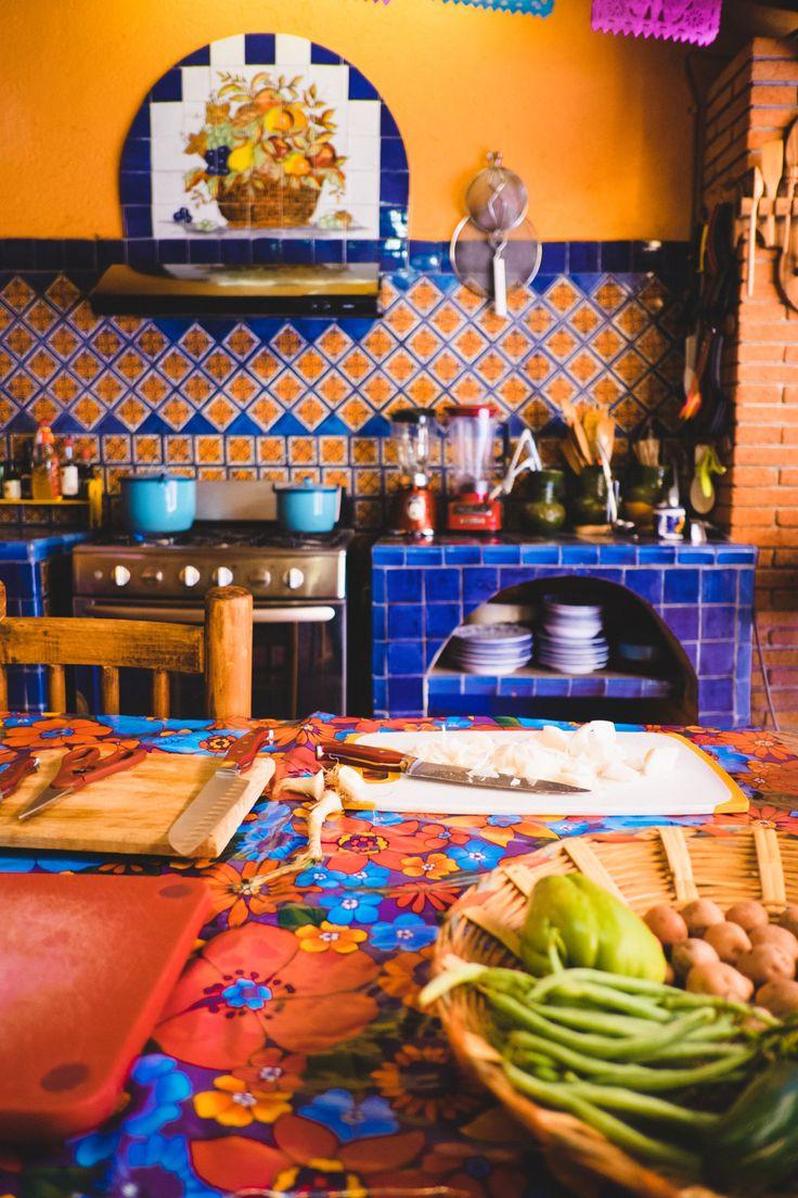 La cocina tiene much colores y es muy grande.