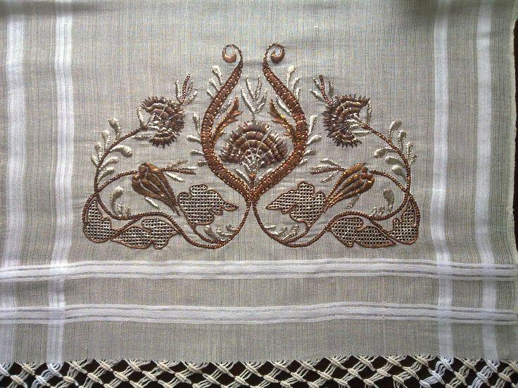 Bu işimde bakır ve gümüş teli beraber kullanarak karanfil ve lale motifleri yaptım, ortadaki karanfilin çevresindeki bakır ile yaptığ...