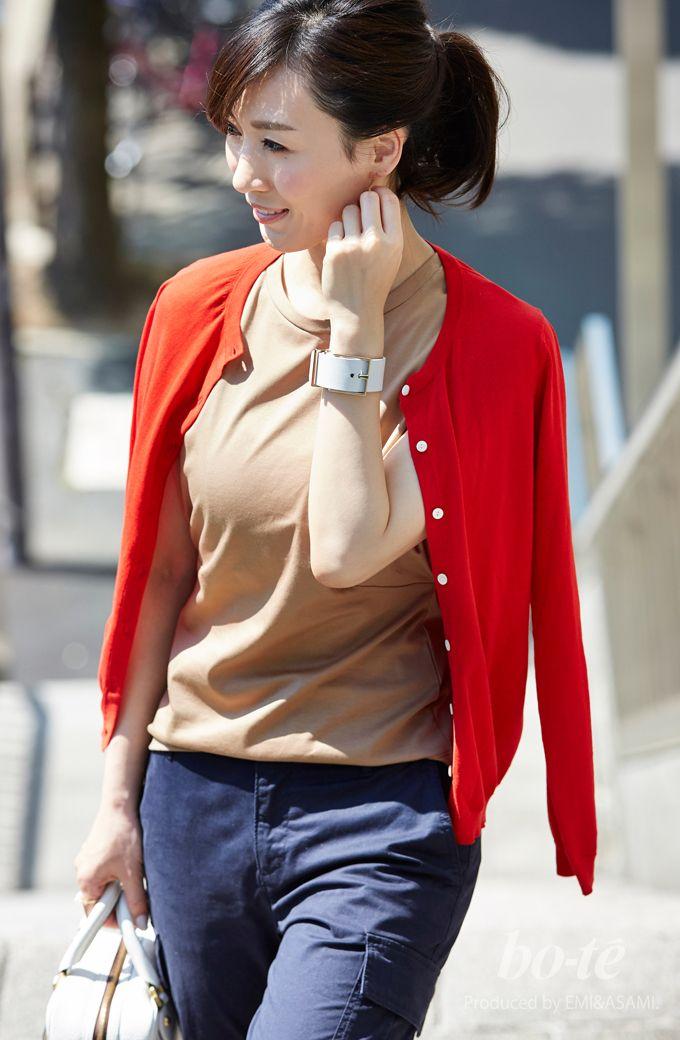 鮮やかな赤いカーデにネイビーの細身カーゴパンツを合わせたきれいめカジュアル3