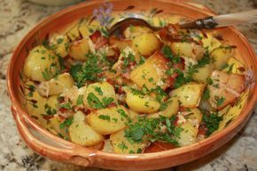 Parmezaanse kaas aardappelen. Eenvoudig maar zeer smaakvol bijgerecht. De aardappeltjes met Parmezaanse kaas en Parmaham serveer je als bijgerecht bij vlees