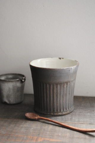 Ceramic cup with hand carved spoon. Japanese design. japanese craft 藤原加寿子「しのぎカップ(中)」の詳細ページです。