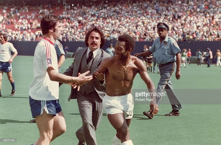Pele of New York Cosmos leaves the field following a game at Giants... News Photo | Getty Images