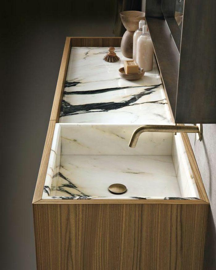 jolie salle de bain en marbre blanc et robinet en or