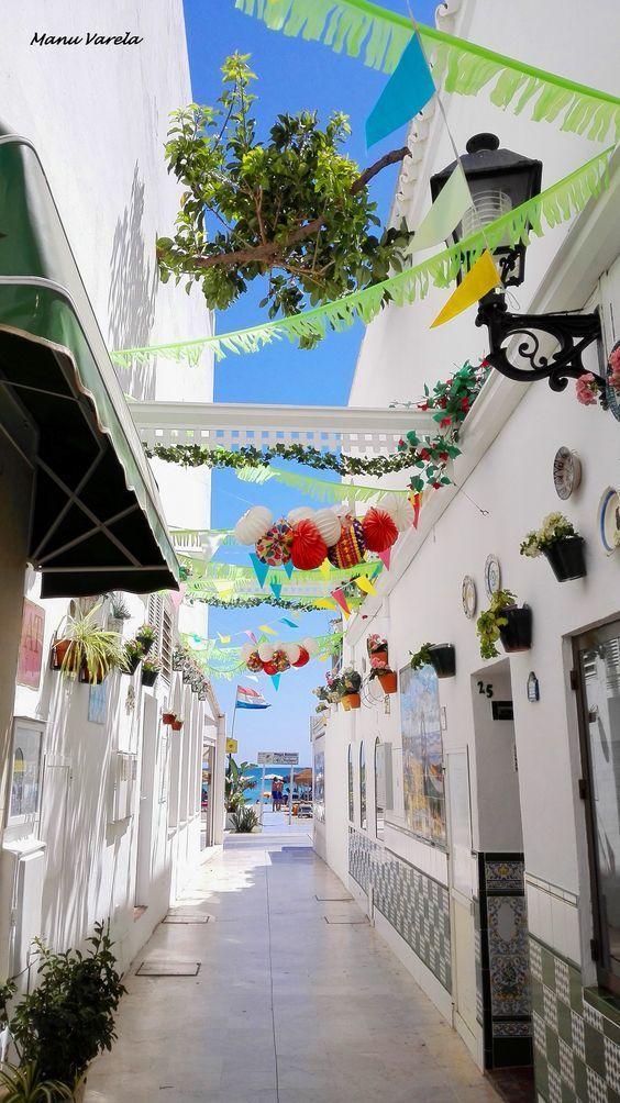Vanuit dit straatje loop je zo naar het strand van Torremolinos. In deze plaats in Spanje is heel veel leuks te beleven! Er zijn vele gezellige restaurants en bars waar de lekkerste tapas en sangria's worden geserveerd 😍 Ga met je familie of een groep vrienden naar deze fantastische bestemming en je zult de tijd van je leven beleven!! https://ticketspy.nl/deals/wauw-zo-laag-november-8-dagen-torremolinos-3-appartement-va-e159/