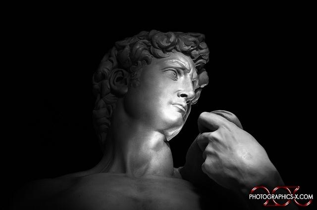 Una gigantesca copia del capolavoro di Michelangelo esposta nel centro storico della capitale del marmo, in un luogo inatteso e suggestivo, per opera degli Studi d'Arte Cave Michelangelo