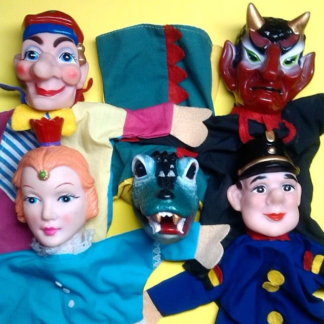 Poppenkastpoppen 📌 Hand puppets. They are not marked, dozens of unmarked hand puppets, name brand with tags, like Hazelle's, Dakin Knit-Mitts, etc. Krokodil, prinses, agent handpoppen. Without any real provenance, it is really hard to pinpoint where they are actually from, but many of these came from Germany.