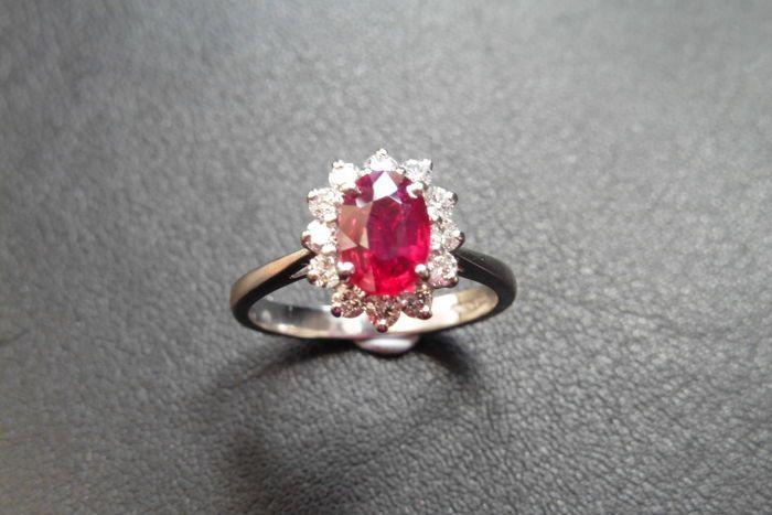 Um anel de rubi e diamante Cluster definido em platina 950. Rubi oval de corte 0,80 ct 7 x 5 mm (tratamento desconhecido) 12 diamantes brilhantes corte pesando 0,30 ct total 1,8 mm H cor e a claridade SI2 (inclusões ligeiras) Configuração de garra com banda simples Tamanho do dedo UK M (UE 52) hallmarked 950 peso de platina - 4,6 gramas Virá em uma caixa de apresentação.  Opções de envio do Reino Unido -  Frete - GRÁTIS até 15 dias úteis via Royal Mail Transporte muito rápido - 25 Euros 1-2…