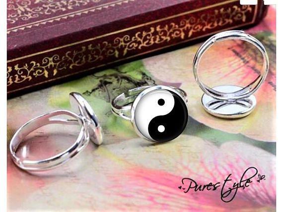 Anillo de Yin Yang - Yin y yang es un símbolo chino para el equilibrio y armonía y las fuerzas opuestas de la naturaleza. Dar a una persona espiritual ama yoga, medita o necesita más equilibrio y armonía en su vida. * El anillo se compone de una alta calidad brillante plata