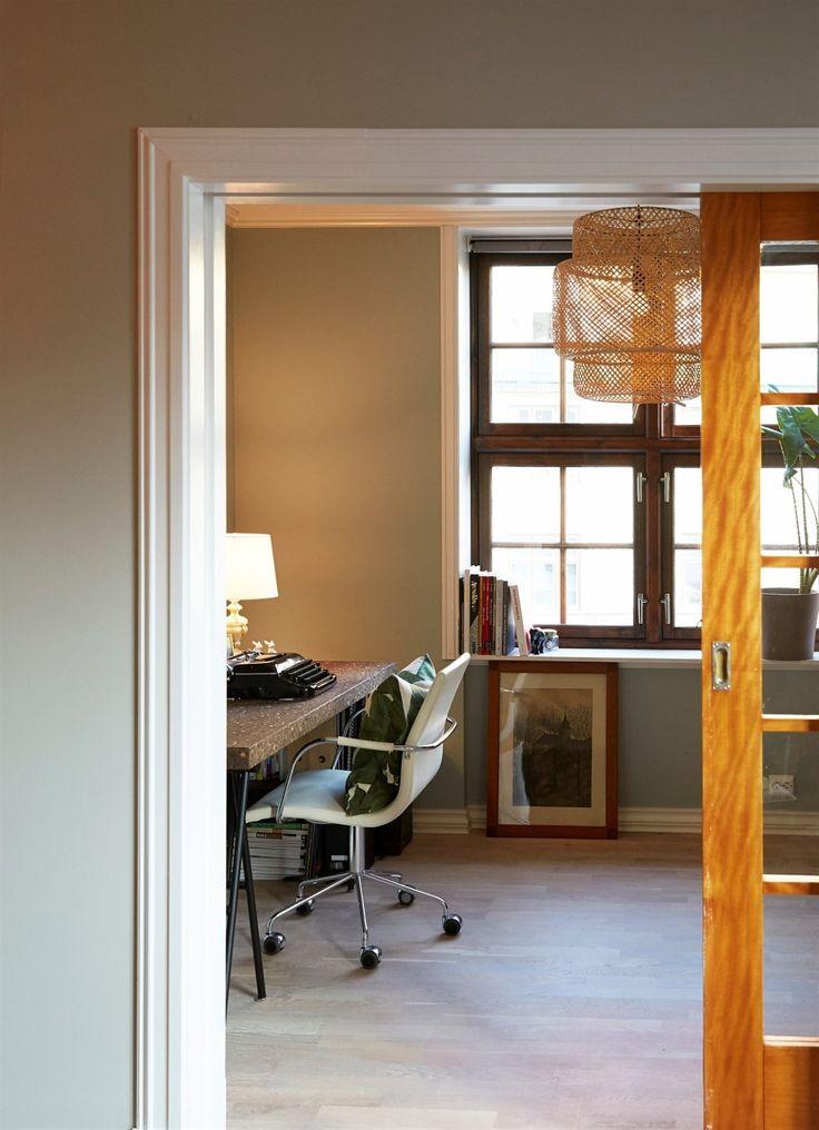 Aktiv Eiendomsmegling Carl Berner har gleden av å presentere denne 3-roms endeleiligheten i Dynekilgata 9 E. Dette er en innbydende og elegant leilighet med spennende detaljer, moderne fargepaletter og en god atmosfære. Boligen har en gjennomgående, god planløsning med store vindusflater i begge ender som slipper inn godt med dagslys. Leiligheten er romslig, arealeffektiv og innredningsvennlig....