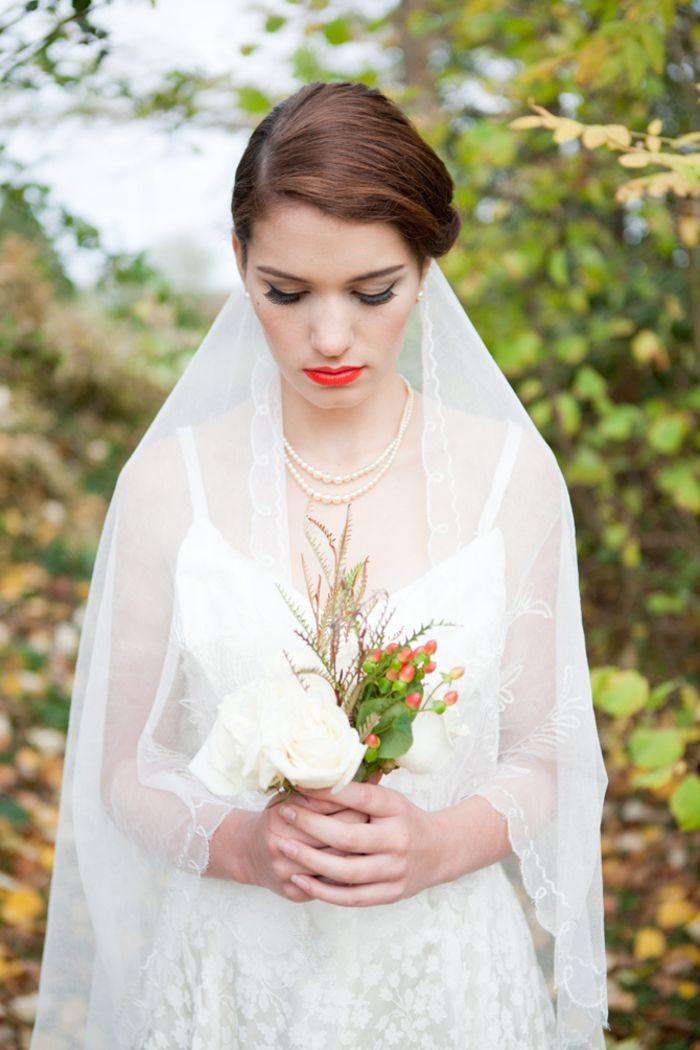 un look de mariage à inspiration vintage avec un voile conservatif modèle mantille et un rouge à lèvres rouge orangé