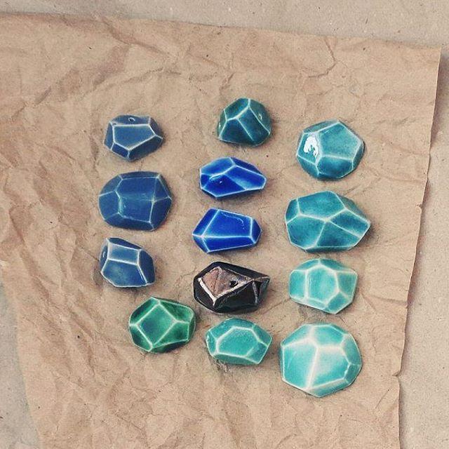 """Красивые керамические камушки, покрытые чудными глазурями на любой вкус, пока только камушки. Могут превратиться в #брошь или #кольцо , по желанию заказчицы✏ А подвес будет иметь  две вариации крепления. Так же можно определиться со """"своей"""" длиной цепочки!  Всё для Вас, милые дамы!  #керамикакаждогодня #славный_гусь #украшения #керамика #ручнаяработа #керамикатюмень #тюмень #кулон #ceramic #handmade #nicegoose"""