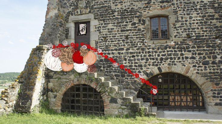 Sortie des mariés : bouquet de boules chinoises - pompons en kraft - boules ficelles - guirlande de roses rouges en papier roulé pour habiller la rembarde