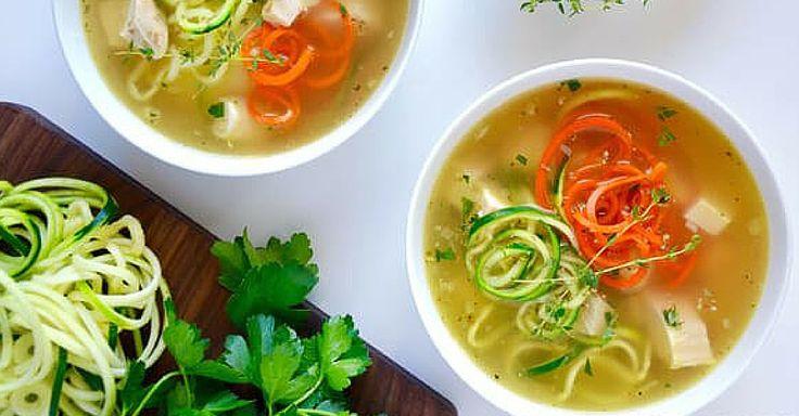 Jemná polévka s kuřecím masem a zeleninovými nudličkami
